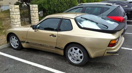 Voiture de collection « Porsche 944 dorée »