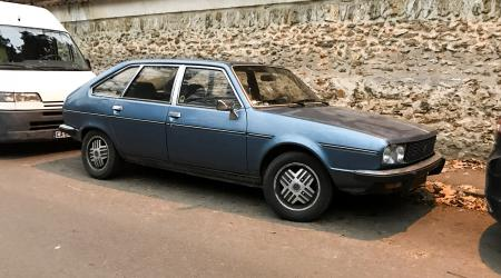Voiture de collection « Renault 30 »