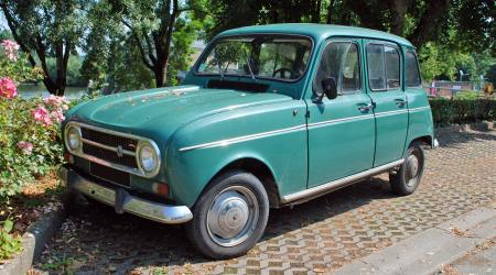 Voiture de collection « Renault 4 TL verte »