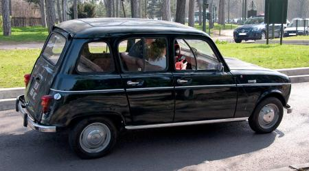 Voiture de collection « Renault 4 noire »