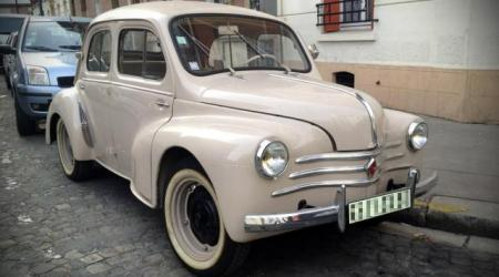 Voiture de collection « Renault 4CV beige »