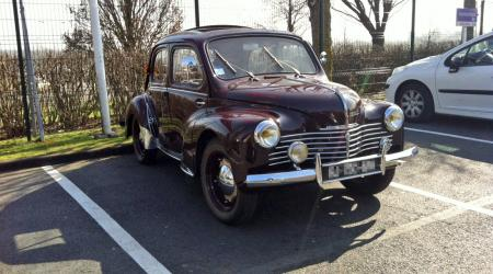 Voiture de collection « Renault 4CV Bordeaux »