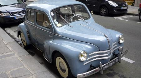 Voiture de collection « Renault 4L bleue »