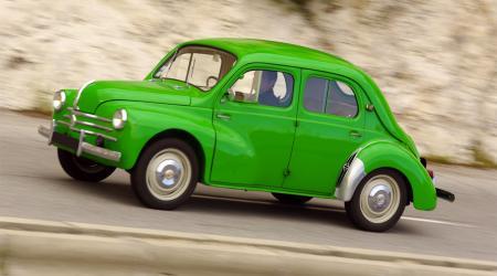 Voiture de collection « Renault 4CV à la couleur particulièrement insolite pris sur la corniche entre Nice et Monaco. »
