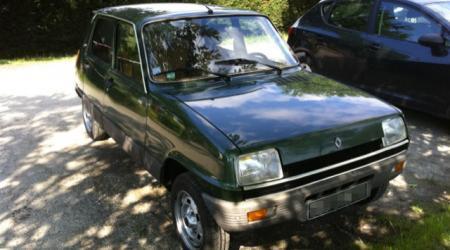 Voiture de collection « Renault 5 verte vue de 3/4 avant droit »