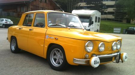 Voiture de collection « Renault 8 S jaune »