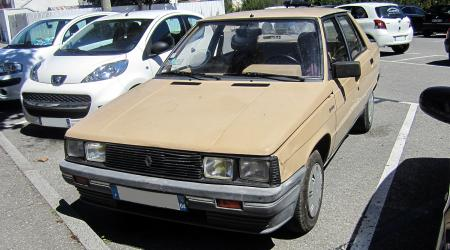 Voiture de collection « Renault 9 Broadway »