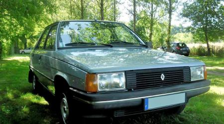 Voiture de collection « Renault 9 GTL 1983 »