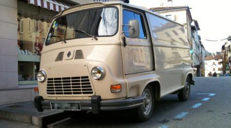 Voiture de collection « Renault Estafette Beige vue de 3/4 avant gauche »