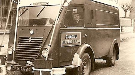 Voiture de collection « Renault Goélette - Agence centrale d'affichage »
