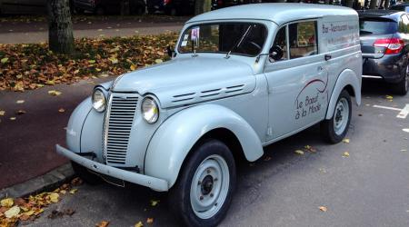 Voiture de collection « Renault Juvaquatre »