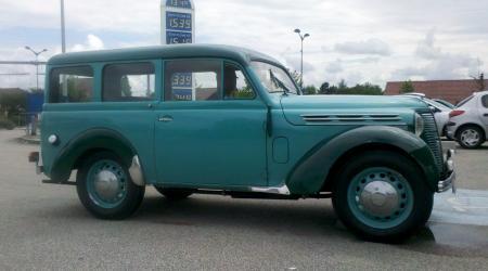 Voiture de collection « Renault Juvaquatre Dauphinoise bi-ton verte vue de côté »