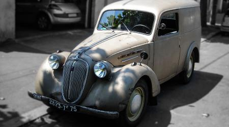 Voiture de collection « Simca 8 Fourgonette »