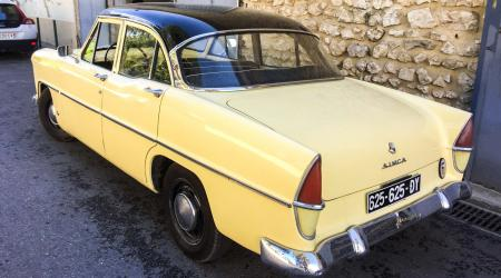 Voiture de collection « Simca Ariane »