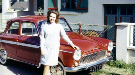 Voiture de collection « Simca Aronde bordeaux avec madame »