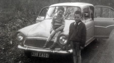 2 petits enfants fiers devant la Simca Aronde P60 de leur grand père, VRP courageux des années 60...