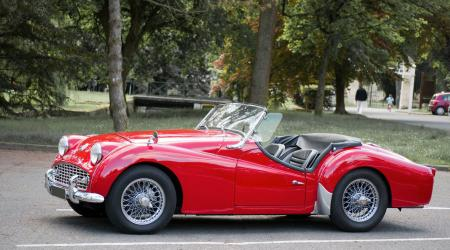 Voiture de collection « Triumph TR3 rouge vue de côté »