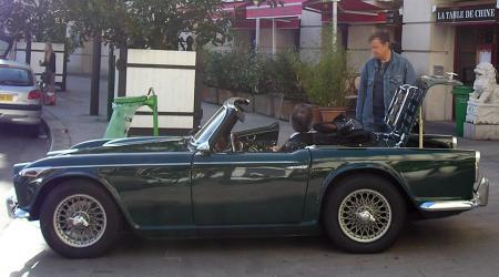 Voiture de collection « Triumph TR4 verte vue du côté gauche »