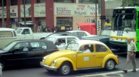 Voiture de collection « Une petite cox jaune taxi au Mexique pour le jour des titines à l'étranger »