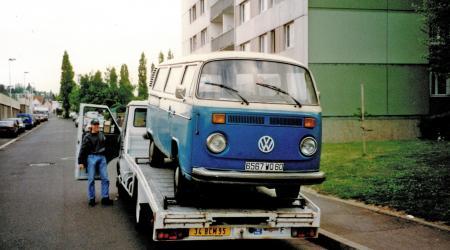 Voiture de collection « Combi Volkswagen bleu et blanc sur un plateau »