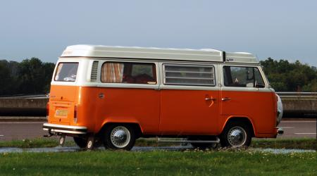 Combi Volkswagen bay window Westfalia bi-ton orange et blanc
