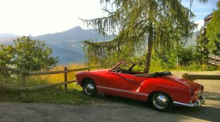 Volkswagen Karmann Ghia Cabriolet rouge à la montagne !