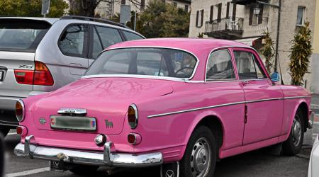 Voiture de collection « Volvo 121 Rose »