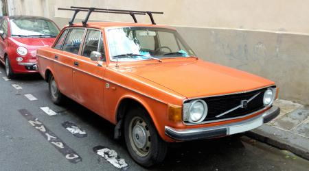 Voiture de collection « Volvo 144 orange »