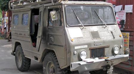 Voiture de collection « Volvo militaire camping-car Hippies »