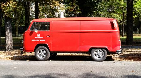 Voiture de collection « Combi Volkswagen T2B Tôlé »