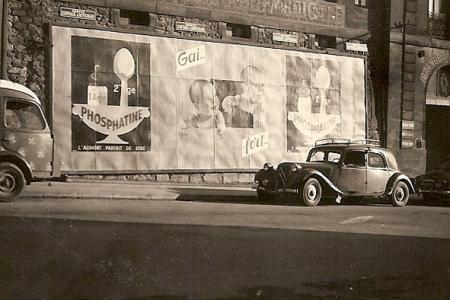 Voiture de collection « Citroën Traction noire à l'époque avec publicité Phosphatine pour Bébé 2ème âge »