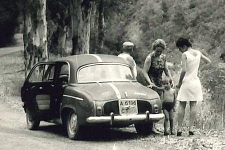 Voiture de collection « Renault Ondine en Kabylie »