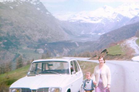 Voiture de collection « Renault 16 de famille à la montagne »