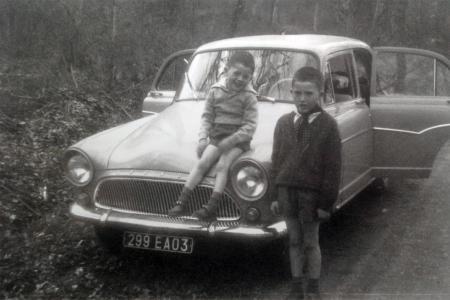 Voiture de collection « 2 petits enfants fiers devant la Simca Aronde P60 de leur grand père, VRP courageux des années 60... »