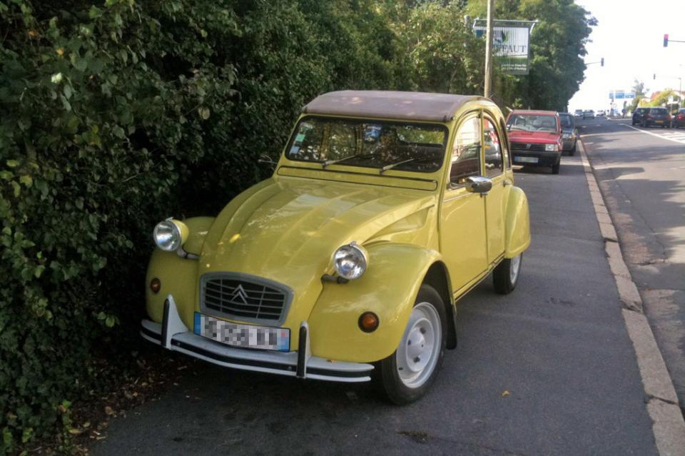 citro u00ebn 2cv jaune  une voiture de collection propos u00e9e par christelle t