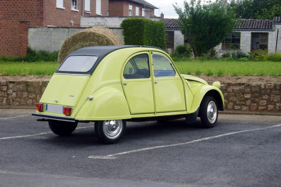 citro u00ebn 2cv sp u00e9cial 1976 jaune c u00e9drat  une voiture de